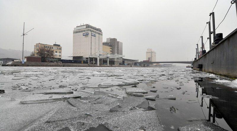 Eisschollen im Neckarhafen